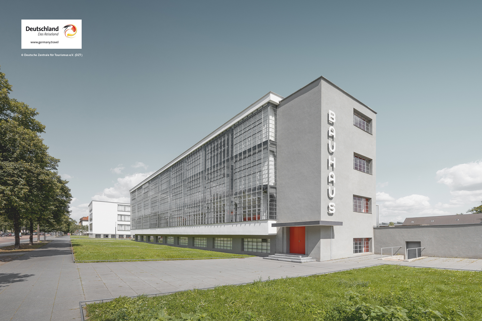 Dessau-Roßlau_Bauhaus_Dessau_von_Walter_Gropius_1925_26